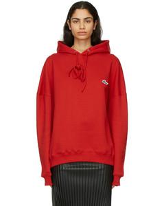 红色刺绣徽标连帽衫