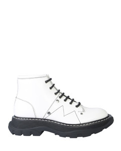 ANKLE BOOT WITH LACES AND TREAD SOLE