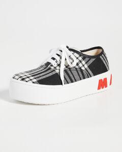 系带运动鞋