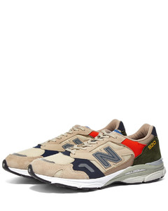 black boots in calfskin leather with laces and metal zip.